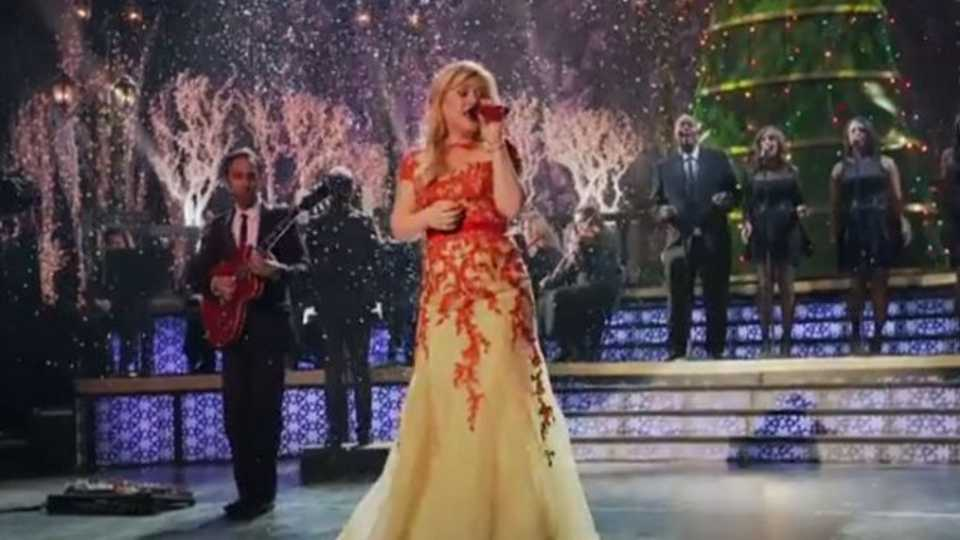 WATCH: The video for Kelly Clarkson\'s hit Christmas tune \'Underneath The  Tree\' has landed - WATCH: The Video For Kelly Clarkson's Hit Christmas Tune 'Underneath